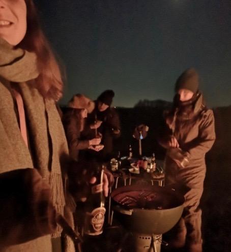 Griller pølser udenfor i November